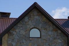 De bouw van het het huisdakwerk van asfaltdakspanen, reparatie Probleemgebieden voor van de de dakspanenhoek van het Huisasfalt h royalty-vrije stock afbeeldingen