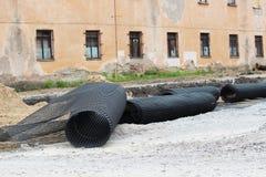 De bouw van het Parkeren voor bussen, het leggen van geomesh op grond vóór de asfaltbestrating, Rusland stock fotografie