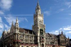 De bouw van het stadhuis in München Stock Afbeeldingen