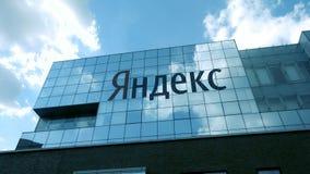 De bouw van het Yandexbedrijf met embleem bij dag stock videobeelden