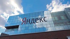 De bouw van het Yandexbedrijf met embleem bij dag stock video