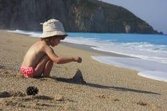De bouw van het zandkasteel Stock Foto