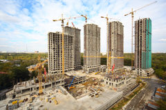 De bouw van high-rise flat in de bosstreek Stock Fotografie