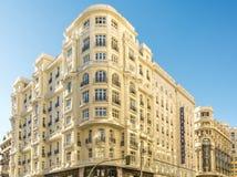 De bouw van de hoek van Gran Via DE Madrid met Montera-straat royalty-vrije stock afbeeldingen