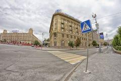 de bouw van hotel Intourist in het stadscentrum Stock Fotografie