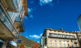 De Bouw van Innsbruck met de Berg van Tirol, Oostenrijk royalty-vrije stock foto's