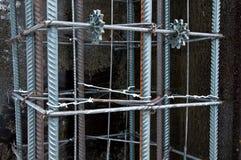 De bouw van de kolombasis alvorens beton te gieten stock afbeelding