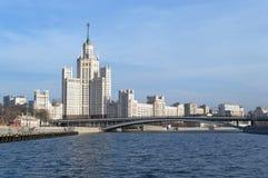 De Bouw van de Kotelnicheskayadijk en andere gebouwen stock foto's