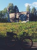 De bouw van linker en vergeten Sovjet de zomerkamp Skazka niet verre van Moskou Stock Afbeeldingen