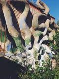 De bouw van linker en vergeten Sovjet de zomerkamp Skazka niet verre van Moskou met een octopushulp Stock Afbeelding