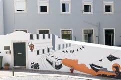 De Bouw van Lissabon 's en een Muurschildering met Typische Tram royalty-vrije stock foto