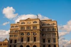 De bouw van Lonja del Comercio, beurs, nu de bureaus van buitenlandse ondernemingen Bedekt met een standbeeld van kwik, de God stock fotografie