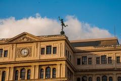 De bouw van Lonja del Comercio, beurs, nu de bureaus van buitenlandse ondernemingen Bedekt met een standbeeld van kwik, de God royalty-vrije stock foto