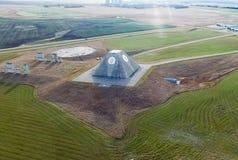 De bouw van de radioradar in de vorm van een piramide op militaire basis De Radarpiramide van de raketplaats in Nekoma-het Noorde stock foto's