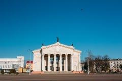 De bouw van Regionaal het Dramatheater van Gomel op het Vierkant van Lenin binnen Stock Foto