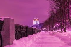 De bouw van de Russische Academie van Wetenschappen in Moskou in de bewolkte de winteravond of de nacht, mening van de dijk van M stock foto's