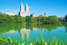 De bouw van San Remo in Central Parkvijver die wordt weerspiegeld Stock Foto