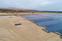 De bouw van de stortplaats en de installatie van geomembrane royalty-vrije stock afbeelding