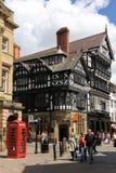 De bouw van Tudor in Straat Eastgate. Chester. Engeland stock fotografie