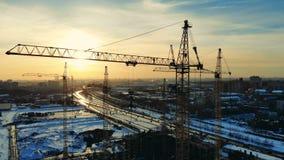 De bouw van voertuig in de zonsondergangbouwwerf stock video