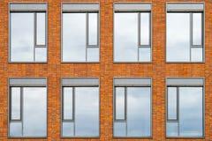 De bouw van voorgevel met 8 vensters royalty-vrije stock fotografie