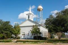De bouw van voorzienigheidsbaptist church van 1873 dateren, en watertoren die in Chappell-Heuvel, Texas stock foto's
