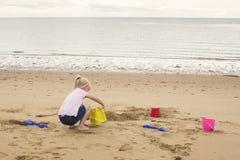 De bouw van zandkastelen op het strand stock fotografie