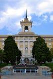 De bouw van de Zeeschool Nikola Vaptsarov in Varna op zonnige de herfstdag, vooraanzicht stock afbeelding