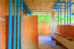 De bouwbouw ontwikkelt zich van huisvestingsbinnenland installeert pijp met zon lichte toon stock afbeeldingen