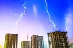 De bouwbouw van de de regen industriële stad van de nachtonweersbui Royalty-vrije Stock Foto