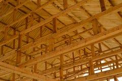 De bouwelementen van een nieuw houten dak royalty-vrije stock foto