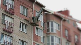 De bouwer behandelt de bouwnaden met schuim stock videobeelden
