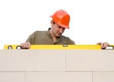 De bouwer controleert een niveau Royalty-vrije Stock Fotografie