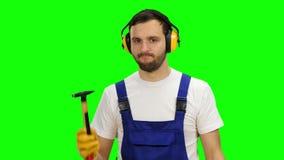 De bouwer denkt hoe te om een schets behoorlijk te trekken voor de bouw van een gebouw Het groene scherm stock video