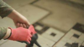 De bouwer draagt handschoenen stock footage