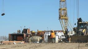 De bouwer gaat naar de achtergrondbouwwerf stock videobeelden