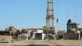 De bouwer gaat naar de achtergrondbouwwerf stock footage