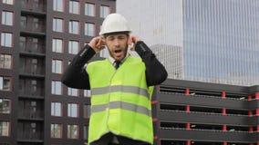 De bouwer gaat wil niet niet akkoord luisteren orenbescherming stock videobeelden