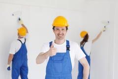 De bouwer in het tonen beduimelt omhoog Royalty-vrije Stock Foto's
