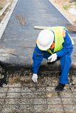 De bouwer maakt reparatie van de weg, hoogste mening stock fotografie