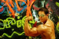 De Bouwer van het lichaam tegen graffiti Royalty-vrije Stock Afbeeldingen