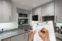 De bouwer vult raming voor het verfraaien van kleine compacte moderne keuken in royalty-vrije stock afbeelding