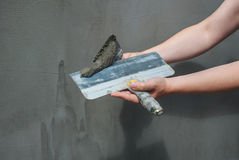 De bouwer zette mortier op de muur Pleistermuren Stock Foto's