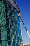 De bouwers herstellen voorgevel op de kraan Stock Foto's