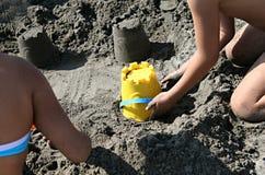 De Bouwers van het zandkasteel Stock Foto's