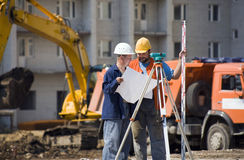De bouwers van ingenieurs bij bouwwerf Royalty-vrije Stock Afbeeldingen