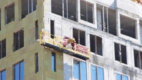 De bouwers werken aan steiger stock footage