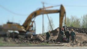 De bouwers werken bij de bouwwerf stock footage