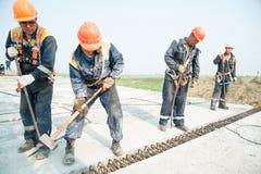 De bouwers zetten brugspanwijdte op Stock Foto's