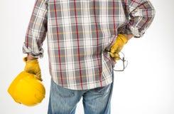 De bouwhelm van de mensenholding met handschoenen en veiligheidsbril Royalty-vrije Stock Afbeelding